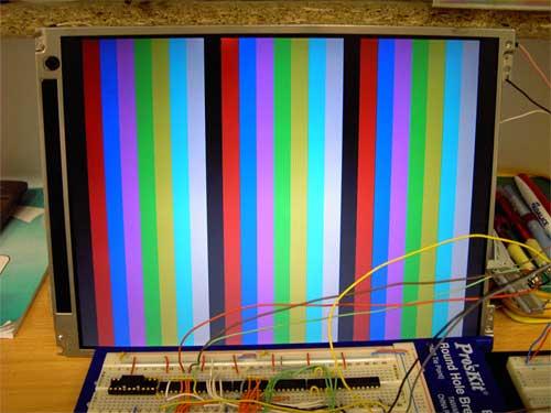 Na displeji se zobrazilo několik barevných a svislých pruhů po osmi barvách