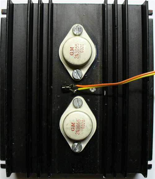 Umístění výkonových tranzistorů na chladiči a připojení tepelného čidla (výkonové rezistory R26, R27 jsou pájeny zespodu přímo na vývody T4, T5)